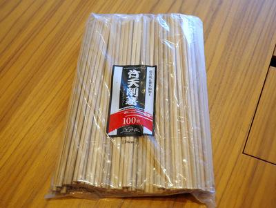菜箸にも使えそうな長い箸。一本3円