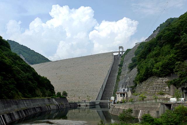 矢木沢ダムをすぐ隣で支える姐御、奈良俣ダム
