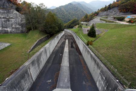 たとえば矢木沢ダムは水門を開けるとこの水路を流れて行き...