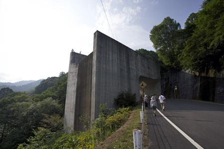 水路の終点のこのジャンプ台からダム下流の川に放たれる