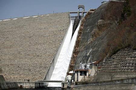 奈良俣ダムは毎年春になると雪融け水を放流する