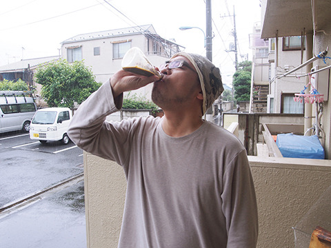 独りで家の中で飲んで何かあったら怖いので、外で試飲します。