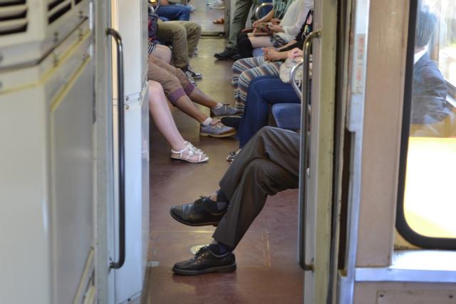 足をなげだすと、前に座っている人の足にぶつかりそうにはなる