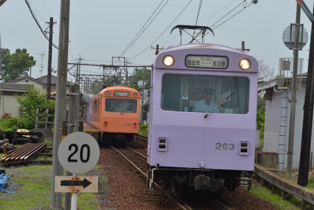日永駅での内部線と八王子線のすれ違い