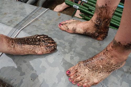 田植えパックをほどこした女性参加者の足