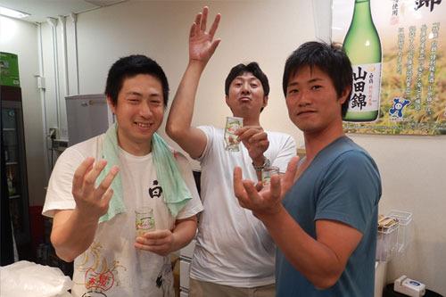 笑いが絶えない白鶴三銃士。左から、藤田さん、茂木さん、小中さん