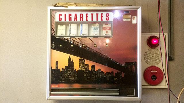 動いてないけどこういう渋いタバコ販売機も