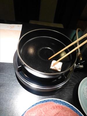はじめに熱した鉄鍋に牛脂を入れる