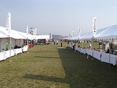 スタートゴール地点近くの東北日本酒フェスティバル会場。走り終わったら飲む!