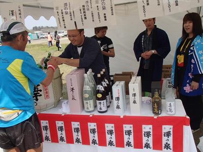 走り終わってそのままの格好で日本酒を飲むランナー多数。