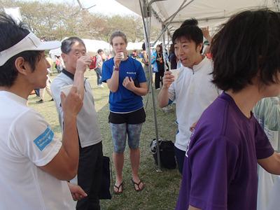 海外のランナーの方も日本酒を楽しむ。