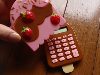 カバーを外して使うアイス型電卓。