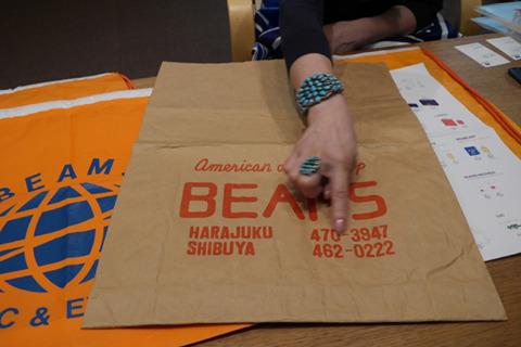 初代のショッピングバッグは紙。特注した作業先がたまたま刑務所で囚人の手紙が出てきたりしたそうだ(※参考 連載「ふくびと」BEAMS社長 設楽洋 - インサイド - 2010年08月19日 - Fashionsnap.com)