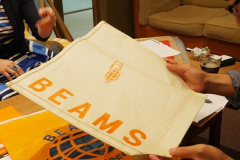 アウトレットの店舗のショッピングバッグはトートバッグをプリントした不織布製。一度本物のトートバッグを作ってその写真を貼り付けてるそう。