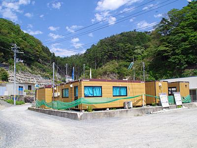 ちょっとだけ高いところに再建中の漁師小屋。