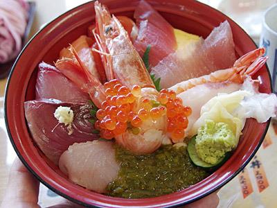 帰りは以前にホヤ祭りで訪れた女川港に寄って、「おかせい」で海鮮丼をいただく。うまい。
