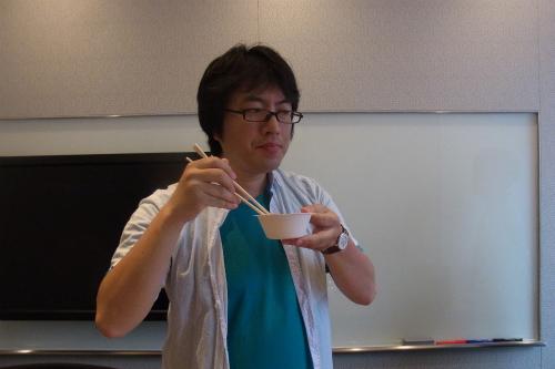 柿の種とお茶を食べてるよう