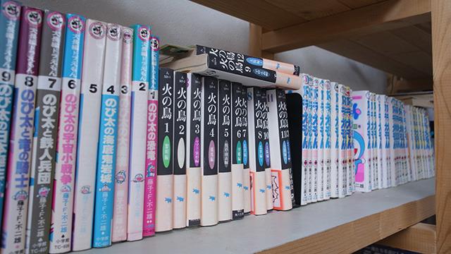 このへんは実家の本棚と同じだ。
