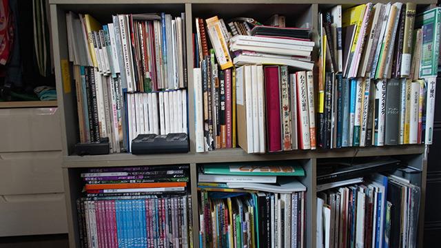 哲学、芸術、文明、そんな雑多な「重い」本が多数。雑誌「風の旅人」は定期購読。