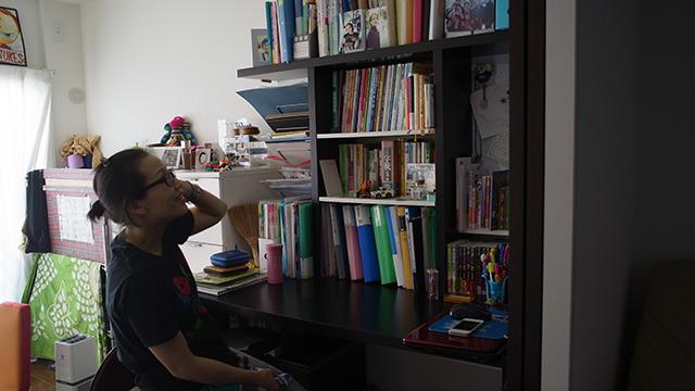 旦那さんの部屋と対照的にとてもコンパクトにまとまった本棚。
