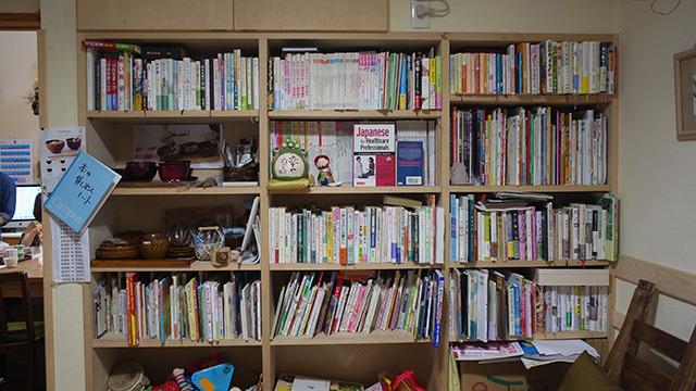 本の裏にもう一層隠れているので、見える範囲の倍の本が入っていることになる。