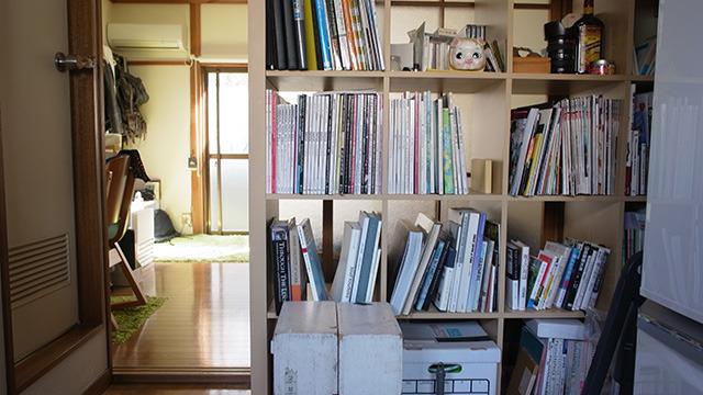 手前がキッチン、奥が仕事場。本棚はちょうどその中間に位置している。