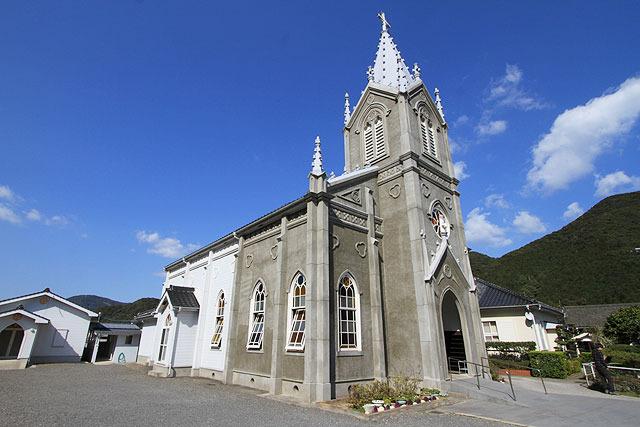 禁教が解けた明治以降、3度に渡り建てなおされた。現在のは九州の数々の名教会の建築を手がけた鉄川与助氏による設計・施工で、昭和9年に竣工したもの。