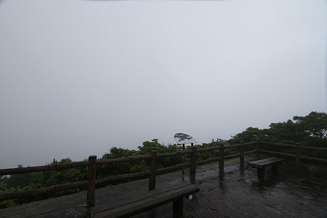 潔いまでの霧。長崎(市)から車で約3時間かけてやって来た。