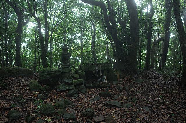社殿の後方、山頂部にはこういったものが。