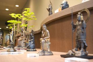 1階では「イSム」オリジナルの仏像たちを