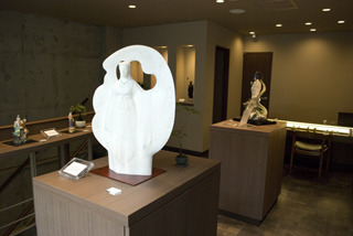 2階では仏師や作家が彫った一点ものを展示