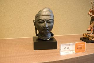 たとえば、こちらの仏頭。長きにわたり他の仏像の台座に埋め込まれていたものだそう。それが昭和になって発見されたところ、じつは凄い名宝だったことが判明した。遥かなる時代を経てようやく日の目を見た仏像。そんな背景を知ると、仏像への愛着がより湧いてくる
