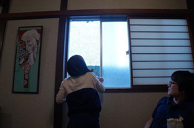 窓を開ける河合さん