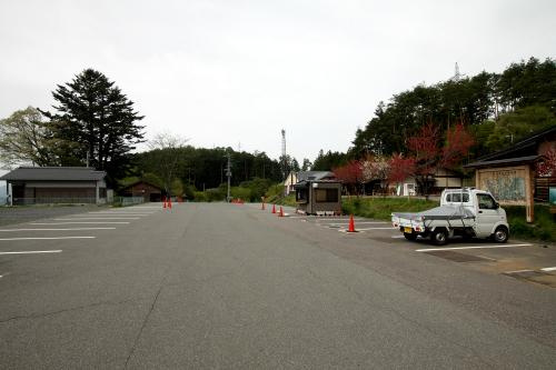 かなり広い駐車場。秋には紅葉が美しく、訪れる人も激増するようだ