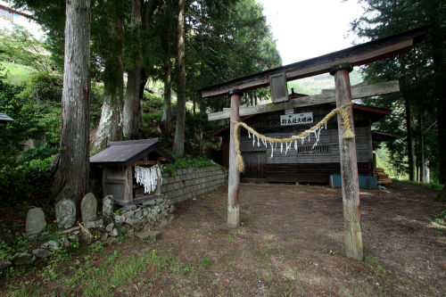 集落の中心に鎮座する神社は、倉庫みたいな不思議な社殿だ