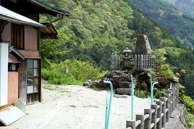 個人宅にも立派な石碑があったり、実に独特な雰囲気の集落だった