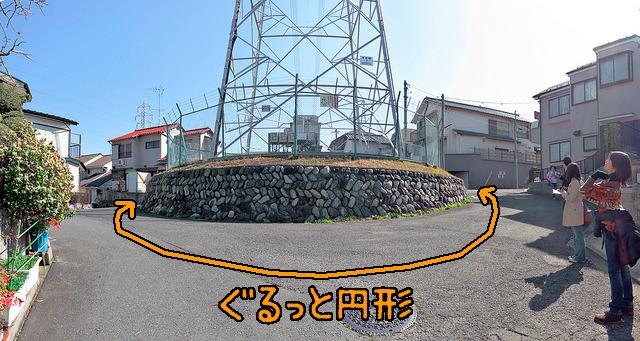 どけられなかった「先住民」である鉄塔。道路も鉄塔を避けてぐるっと迂回。御神木なみに大事にされている雰囲気。横浜市。場所はここ</a>。