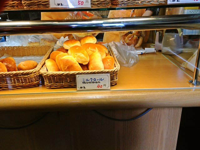タイムスリップしたのかと思うくらい低価格なパン屋さんです。