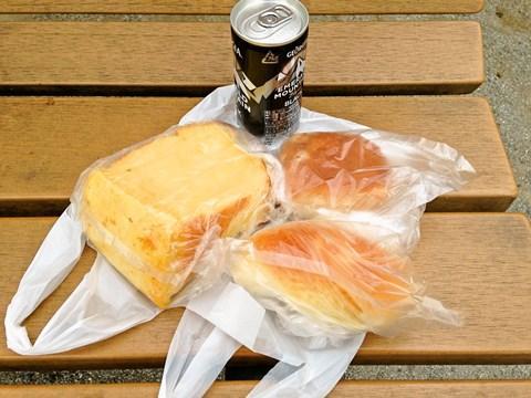 イートインスペースはないので公園のベンチで食べました。