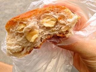 名前を忘れたパンも、50円でナッツたっぷりでした。