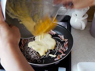 蕎麦とベーコンの上にクリームソース投入