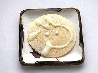 練乳でソース煎餅アート。牛?
