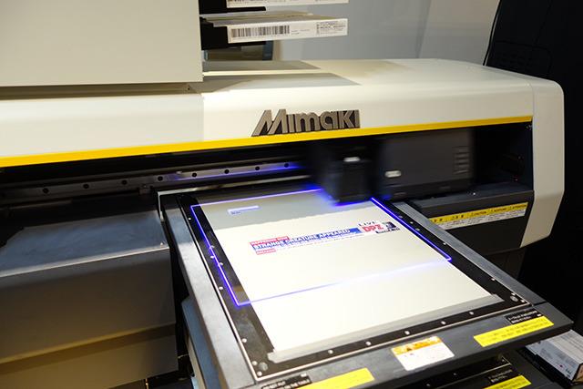UVプリンターというプリンターでアクリル板に印刷してもらいました