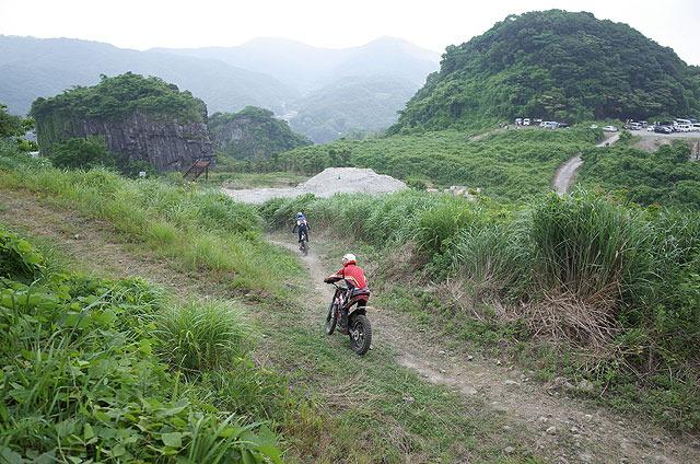 コース間移動のため選手たちがカジュアルにそのへんを走ってる。