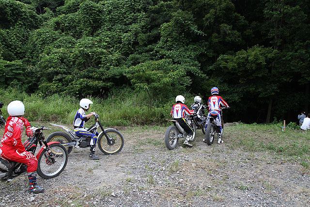 森の中を走るコースへと向かう選手たち。