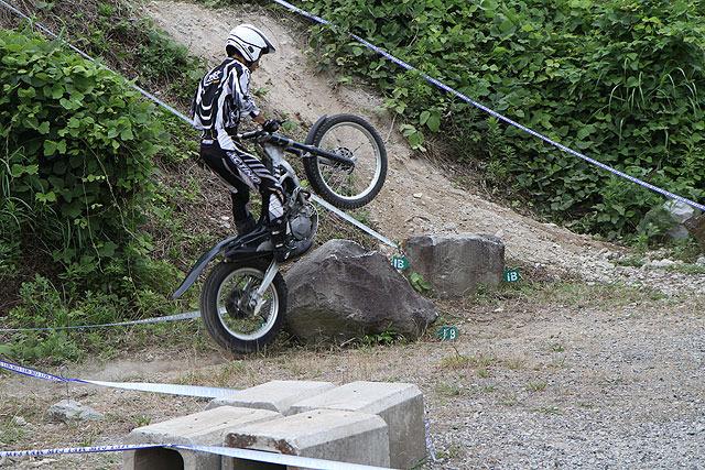 こんなでかい石をバイクで乗り越える。