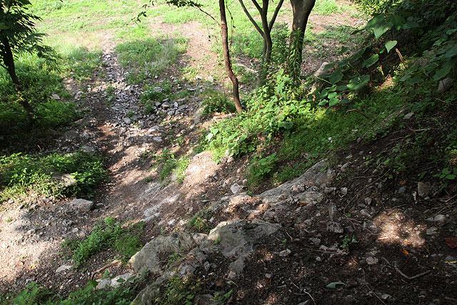 降りるのもおよそバイクで通る所とは思えない崖。(写真だとわかりづらいかもしれないが)