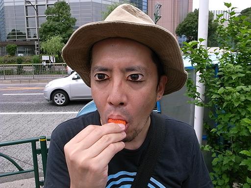 夏イチゴを試食(目を瞑っています)