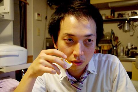 記事「残業の夜にコンビニゆで卵を食べつくす」より。リアルに残業がつづいてマンガみたいになった加藤さんの顔、笑えない(笑)