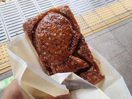 東京駅で買ったクロワッサンたい焼き。あんことザラメが織りなす凶暴なまでの甘さに鼻の奥がしびれました。